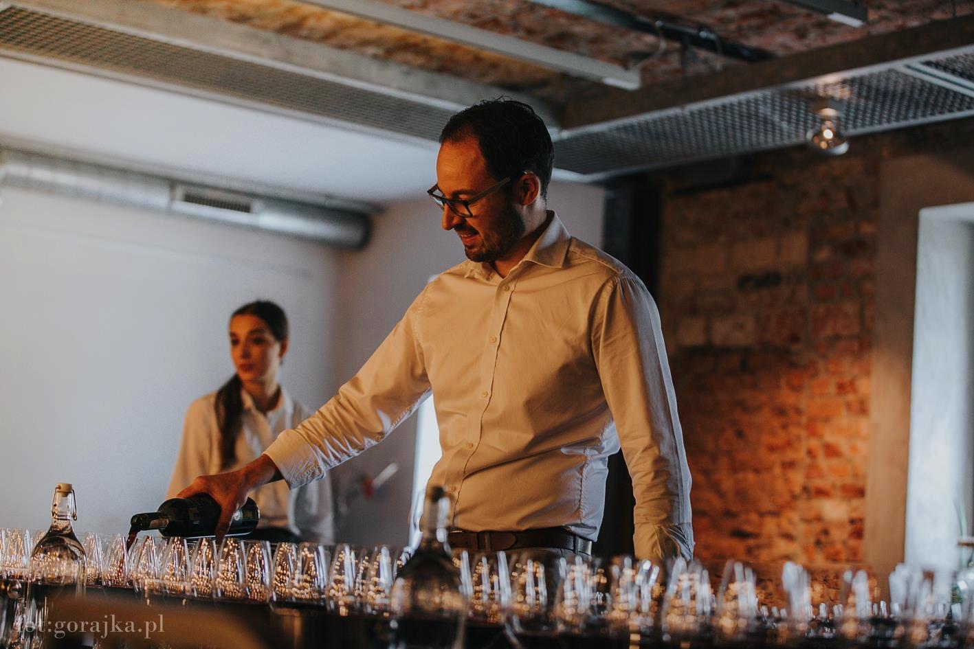 Jak prawidłowo zaserwować wino w restauracji? 🍷